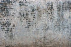 Oude vuile gebarsten grijze concrete muurachtergrond Royalty-vrije Stock Fotografie