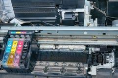 Oude, vuile, gedemonteerde Inkjet-printer Mening van interne delen stock afbeeldingen