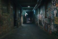 Oude vuile grungestraat in nacht Royalty-vrije Stock Fotografie