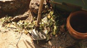Oude Vuile Schop met Clay Flower Pot in Uitstekende Tuin royalty-vrije stock afbeeldingen