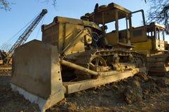 Oude vuile tractor stock afbeeldingen