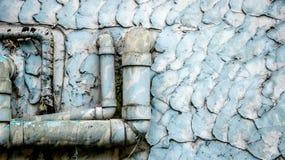 Oude Vuile Waterpijpen op Wijnoogst Geschilderde Muurtextuur - Blauwe Te stock foto