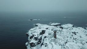 Oude vuurtoren op de kust van de Barentsz Zee Kola Peninsula-landschap stock footage