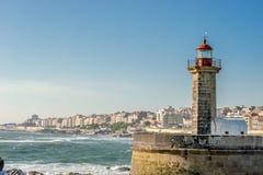 Oude vuurtoren op de Porto kust, Portugal Stock Fotografie