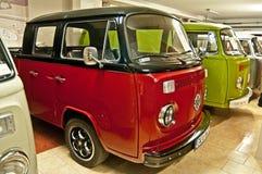 Oude VW-bussen in een museum stock foto's