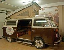 Oude VW-bussen in een museum stock afbeeldingen
