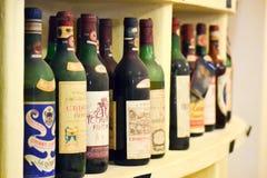 Oude waardevolle inzameling van Italiaanse wijnflessen stock fotografie