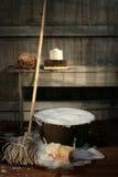 Oude wasemmer met zwabber en borstels Royalty-vrije Stock Foto's