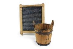 Oude washboard en houten emmer op witte achtergrond Royalty-vrije Stock Afbeeldingen