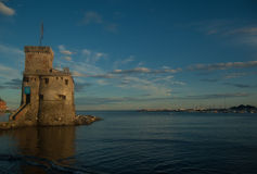 Oude watchtower bij de oever royalty-vrije stock fotografie