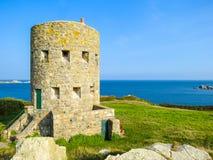 Oude watchtower op de zeekust van Guernsey-Eiland stock afbeeldingen