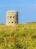 Oude watchtower op de zeekust van Guernsey-Eiland stock foto