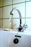 Oude waterkraan met lopend water Royalty-vrije Stock Foto