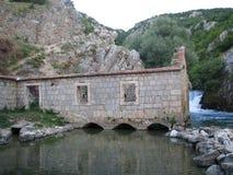 Oude watermolen op de rivier Ruda dichtbij de stad van Sinj Royalty-vrije Stock Foto's