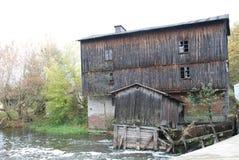 Oude Watermolen op Rivier Stock Afbeeldingen