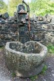 Oude waterpomp bij St Fagans Nationaal Museum van Geschiedenis in Cardiff op 27 April, 2019 royalty-vrije stock foto's