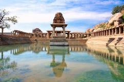 Oude waterpool en tempel bij markt Krishna stock afbeeldingen