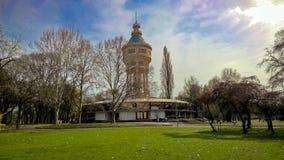 Oude watertoren in het midden van het park Stock Afbeeldingen