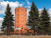 Oude watertoren van rode baksteen in de stad van St. Petersburg Stock Afbeeldingen