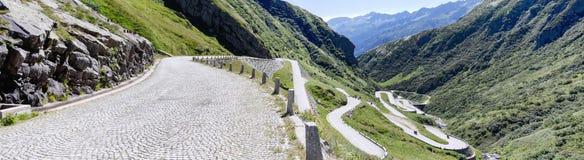 Oude weg die tot St Gotthard pas leidt stock fotografie