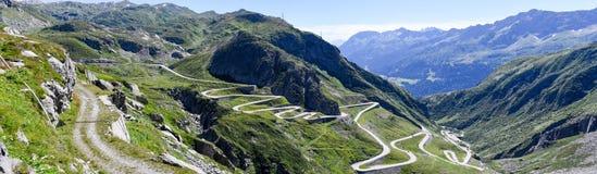 Oude weg die tot St Gotthard pas leidt royalty-vrije stock afbeeldingen