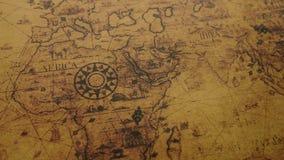 Oude wereldkaart met kompas stock videobeelden