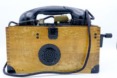 Oude Wereldoorlog II militaire telefoon in houten doos stock fotografie