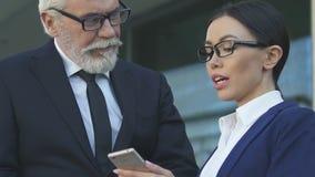 Oude werkgever die met wens secretaresse bekijken, concept seksuele intimidatie op het werk stock video