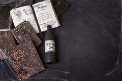 Oude werktijdboeken met spinnewebben en drankjefles royalty-vrije stock afbeelding