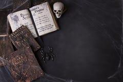 Oude werktijdboeken met spinnewebben en een schedel stock afbeeldingen