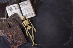 Oude werktijdboeken met spinnewebben en skelet royalty-vrije stock afbeelding