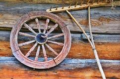Oude wiel en hark van een boom royalty-vrije stock foto