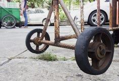 Oude wielen, staalpaneel om ingangen te blokkeren Stock Foto