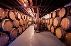 Oude wijnkelder met vaten in stapels Royalty-vrije Stock Foto's