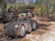 Oude Wijnmakerijvaten met Wagen Stock Foto's
