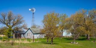 Oude windmolen, blauwe landbouwbedrijfgebouwen, de lente, Minnesota Stock Afbeeldingen