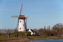 Oude windmolen dichtbij Damme de D-vormige ringswinter Stock Fotografie