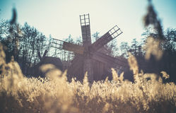 Oude windmolen dichtbij Sibiu, Transsylvanië, Roemenië stock foto's