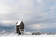 Oude windmolen in een sneeuwlandschap Royalty-vrije Stock Afbeelding