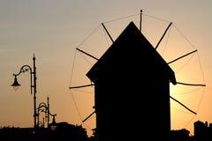 Oude windmolen en straatlantaarnszonsondergang Nessebar Bulgarije stock afbeelding