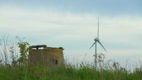 Oude windmolen en windturbine stock footage