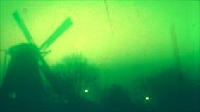 Oude Windmolen in Holland En gemaakt tot deze kleine stad voel grote groter stock video