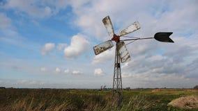 Oude windmolen in Nederland stock footage