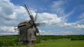 Oude Windmolen Op de achtergrond, wolkenvlotter stock videobeelden