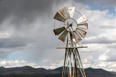 Oude windmolen tegen bewolkte hemel Stock Foto