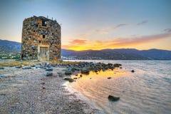 Oude windmolenruïne op Kreta bij zonsondergang Stock Afbeeldingen