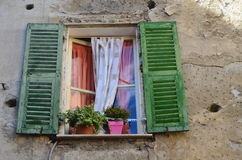 Oude windowwith groene blinden in oude stad in Ventimiglia, Italië Royalty-vrije Stock Afbeeldingen
