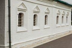 Oude witte baksteenarchitectuur op het traliewerk van het venstersmeedijzer, Europa, Italië, haus royalty-vrije stock afbeeldingen