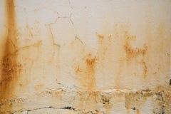 Oude witte concrete muur met barsten, roest en verfspaanders royalty-vrije stock afbeeldingen