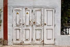 Oude witte deuren. Stock Afbeeldingen